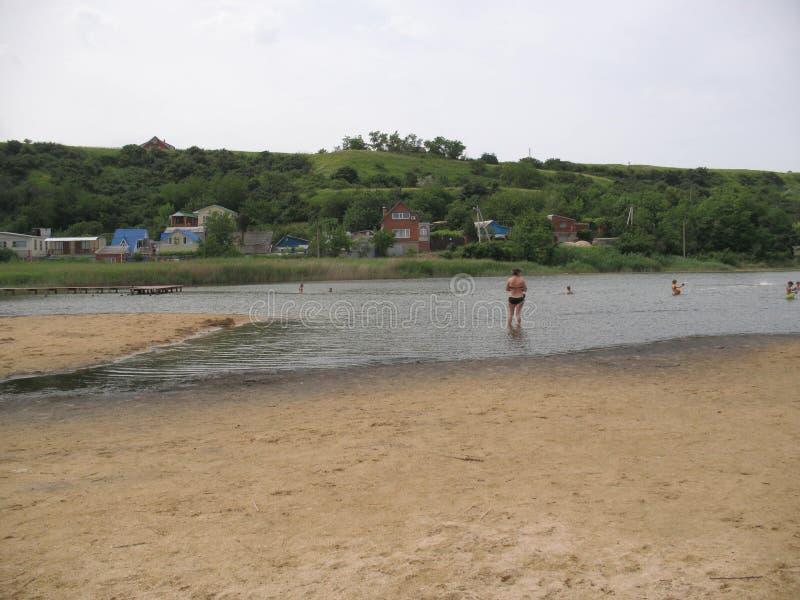 Op het strand van moddermeer in Golubitskaya Rusland stock afbeeldingen