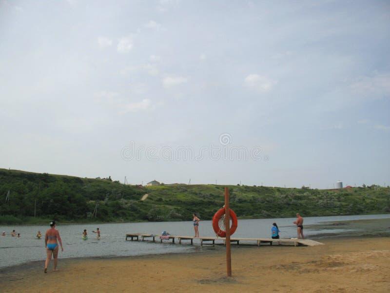 Op het strand van moddermeer in Golubitskaya Rusland royalty-vrije stock afbeeldingen
