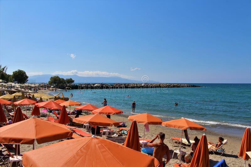 Op het strand van Platanias in Kreta royalty-vrije stock afbeelding