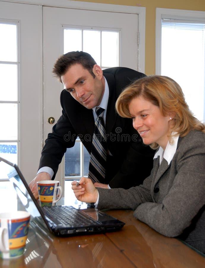 Op laptop stock afbeelding