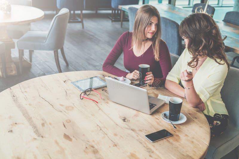 Op lijst is laptop, tabletcomputer, smartphone en glazen Commerciële vergadering, samenkomende vrienden, groepswerk royalty-vrije stock foto's