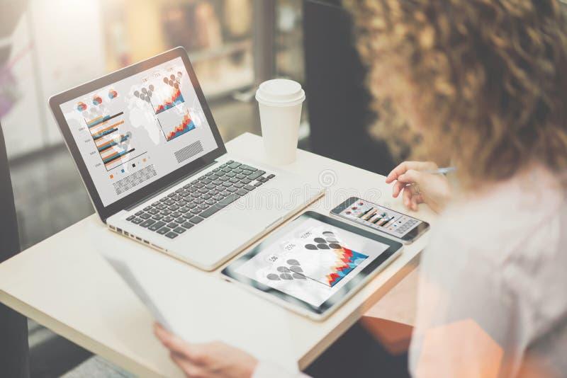 Op lijstlaptop, tabletcomputer en smartphone met grafieken, grafieken en diagrammen op de schermen royalty-vrije stock foto's