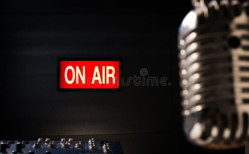 Op luchtuithangbord in correcte studio stock afbeelding