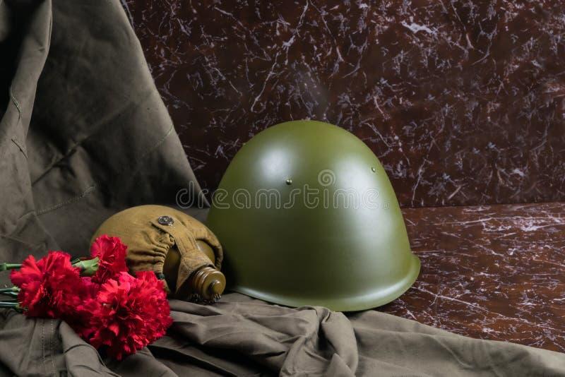 Op monumenten van marmer lig oude militaire dingen stock afbeeldingen