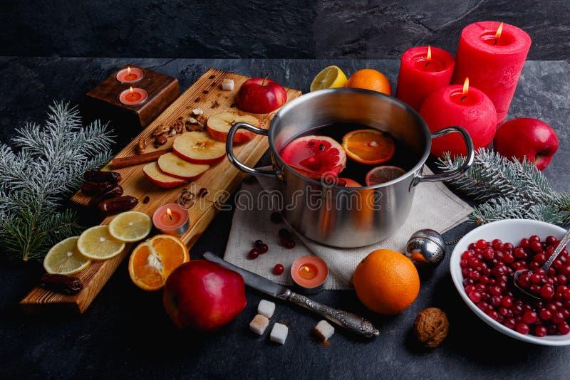 Op oppervlakte een pan met overwogen, een raad met gesneden appelen en citroen, Amerikaanse veenbessen Mening van hierboven stock foto's