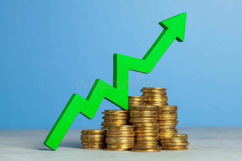 Op pijl en stapel muntstukken Het concept het opheffen van belastingen of het verhogen van winsten in zaken royalty-vrije stock afbeelding