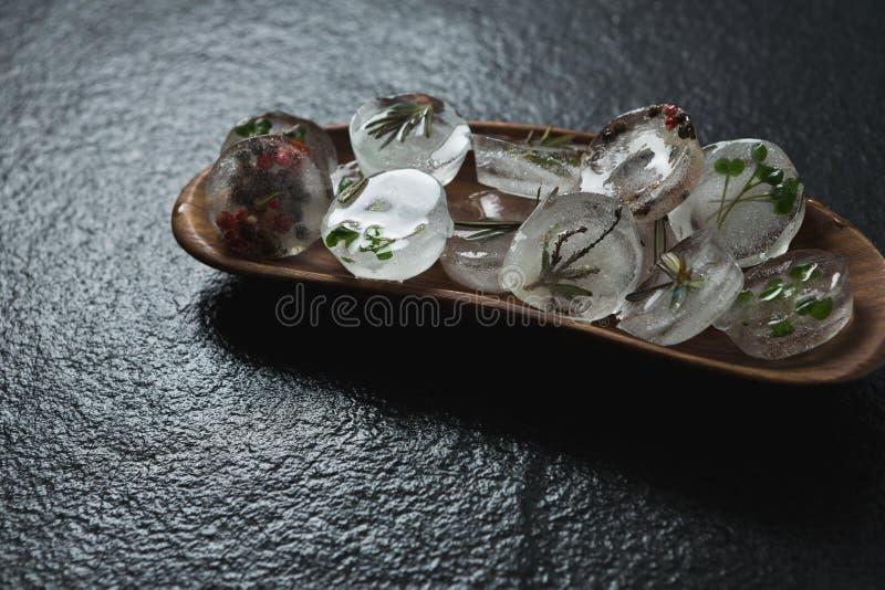 Op smaak gebrachte ijsblokjes met kruid in een dienblad royalty-vrije stock foto's