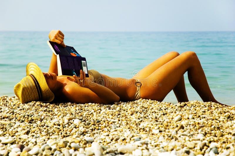 Op vakantie bij het strand stock afbeelding