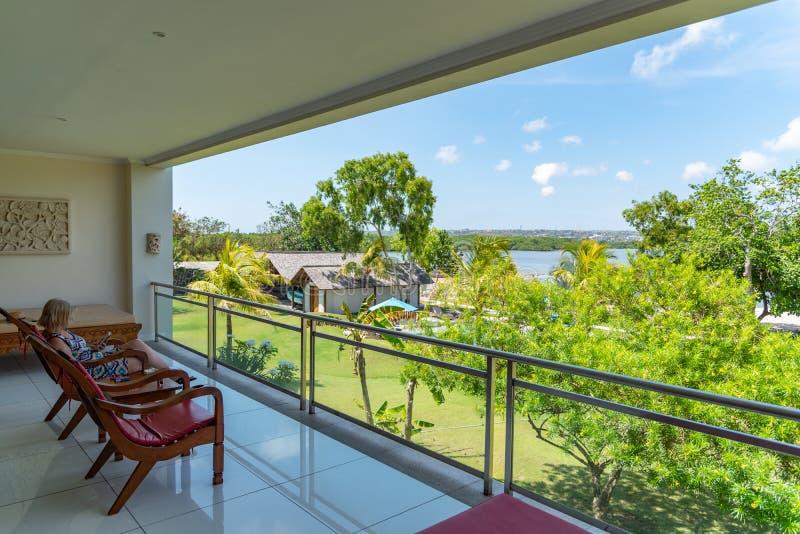 Op vakantie in het ontspannen van Bali op het balkon stock foto