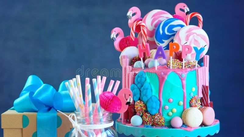 Op van de de druppelnieuwigheid van de tendens candyland fantasie de verjaardagscake royalty-vrije stock afbeelding