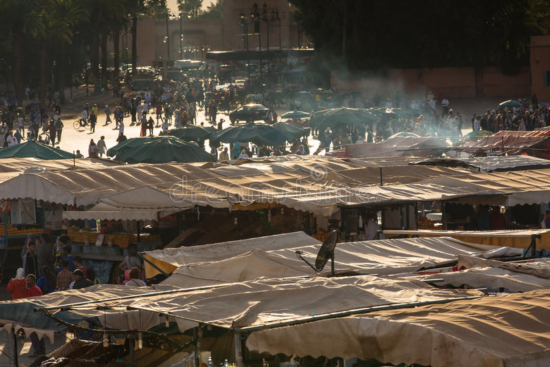 Op vierkante Jamaa Gr Fna in Marrakech stock foto's