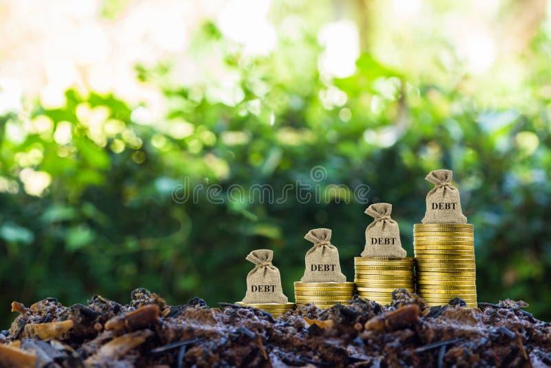 op wit Te betalen aansprakelijkheden en verplichtingen Een schuld bij het kweken van stapel muntstukken op grond Schildert een on stock afbeeldingen