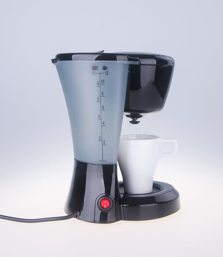 op witte achtergrond Koffiezetapparaat op de achtergrond stock foto's