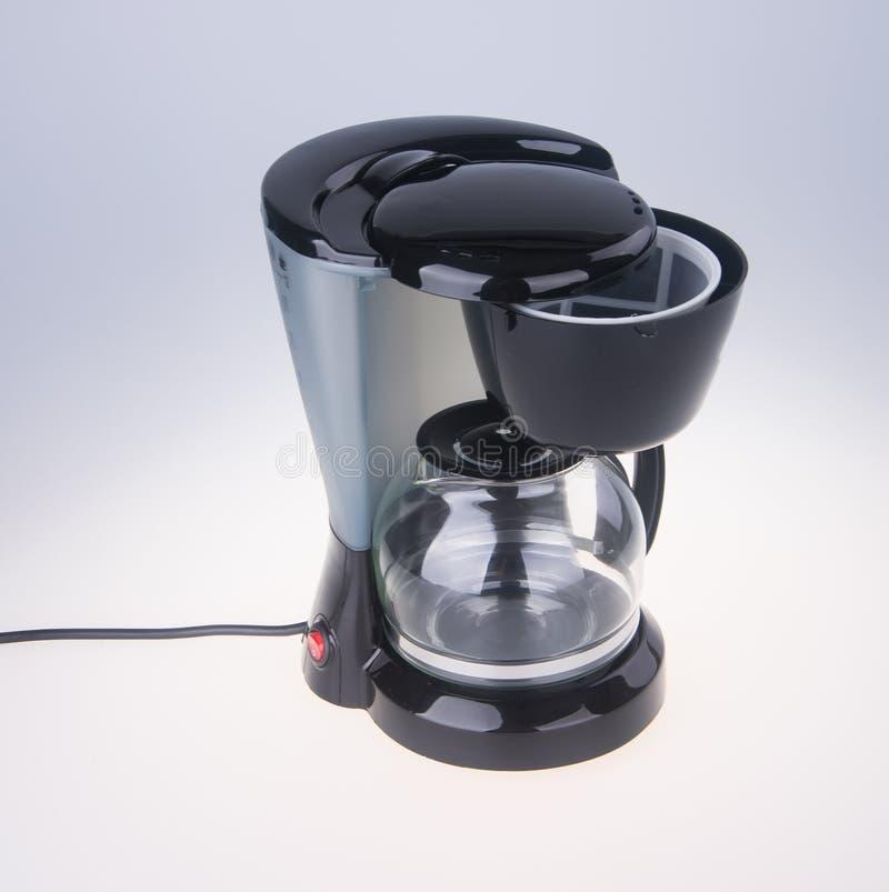 op witte achtergrond Koffiezetapparaat op de achtergrond stock foto
