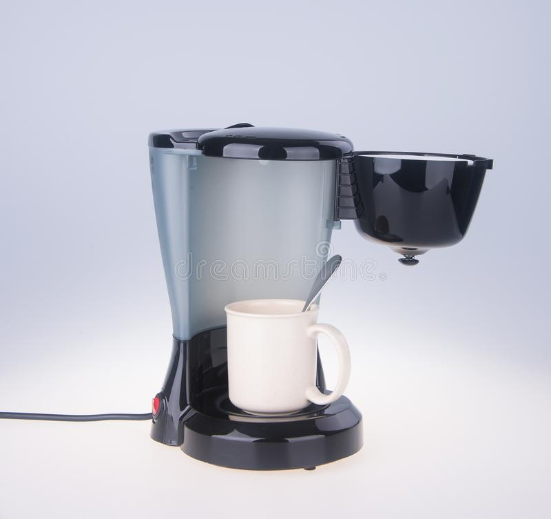op witte achtergrond Koffiezetapparaat op de achtergrond stock afbeeldingen