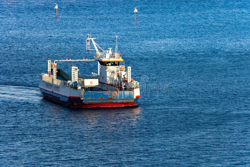 Op zee autoveerboot stock afbeelding
