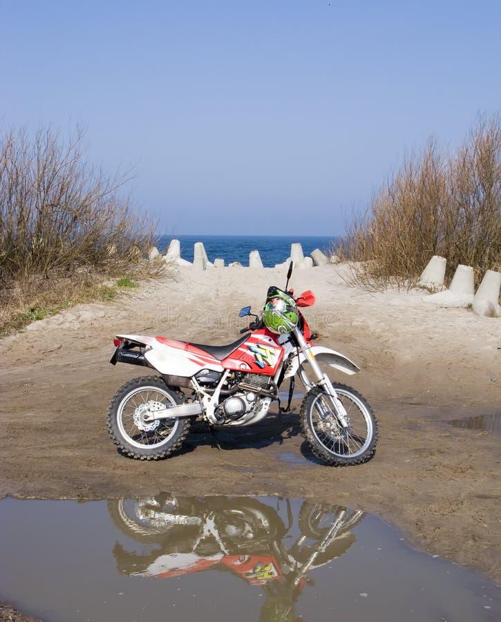 Op zee de fiets van het vuil stock foto