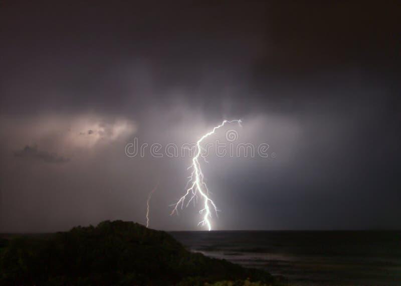 Op zee de staking van de bliksem stock afbeeldingen