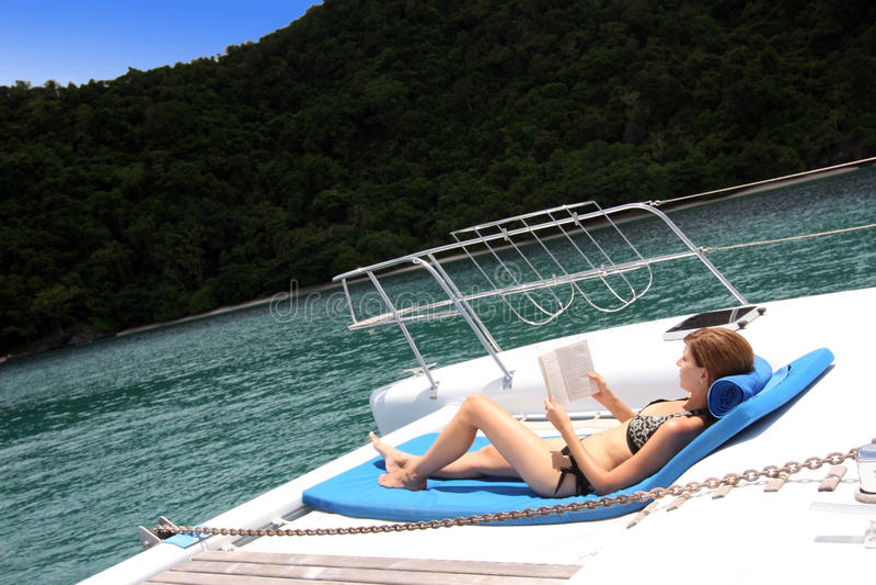 Op zee het ontspannen. stock fotografie