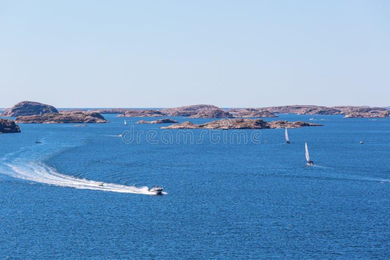 Op zee motorboten stock afbeeldingen