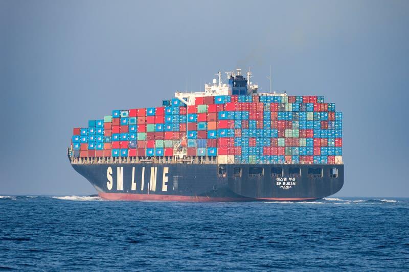 Op zee vrachtschip stock afbeeldingen