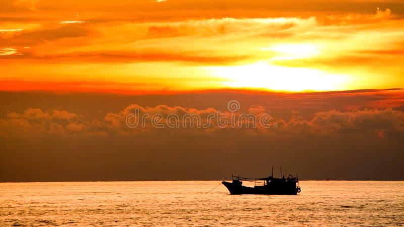 Op zee zonsondergang en Schip stock foto