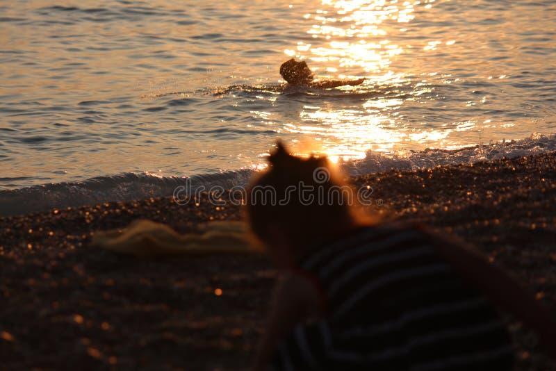 Op zee zonsondergang, jaarlijkse onderbrekingen, die zwemmen en royalty-vrije stock foto's