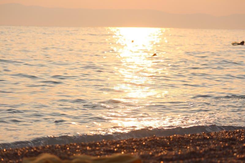 Op zee zonsondergang, jaarlijkse onderbrekingen, die zwemmen en royalty-vrije stock fotografie