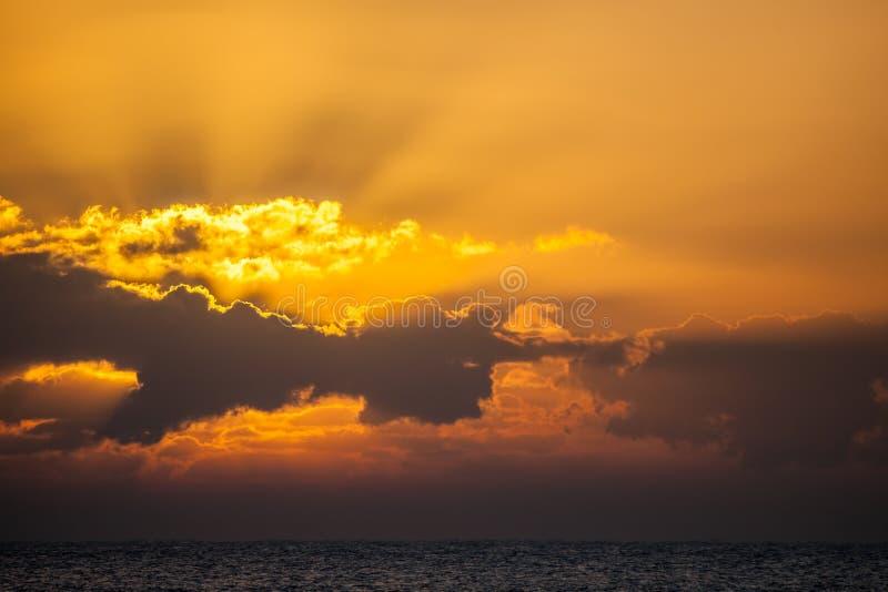 Op zee zonsopgang of zonsondergang Oceaanhemelachtergrond stock afbeeldingen