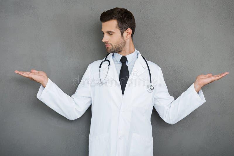 Op zoek naar juiste medische oplossing stock foto