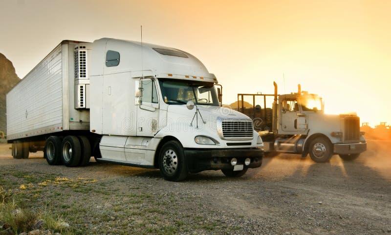 Op zwaar werk berekende semi-vrachtwagen die bij een rust einde wordt geparkeerd stock foto's