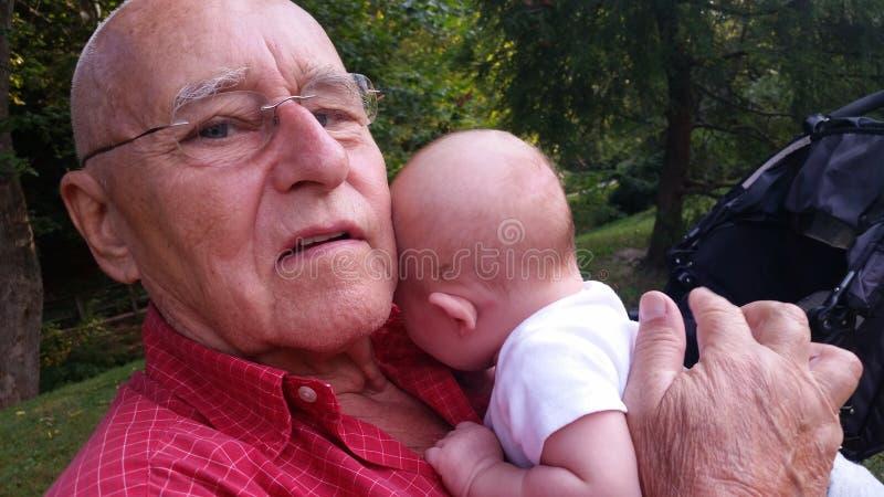 Opa die Baby op Rug tikken royalty-vrije stock foto's