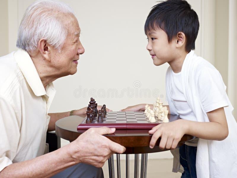 Opa en kleinzoon stock foto