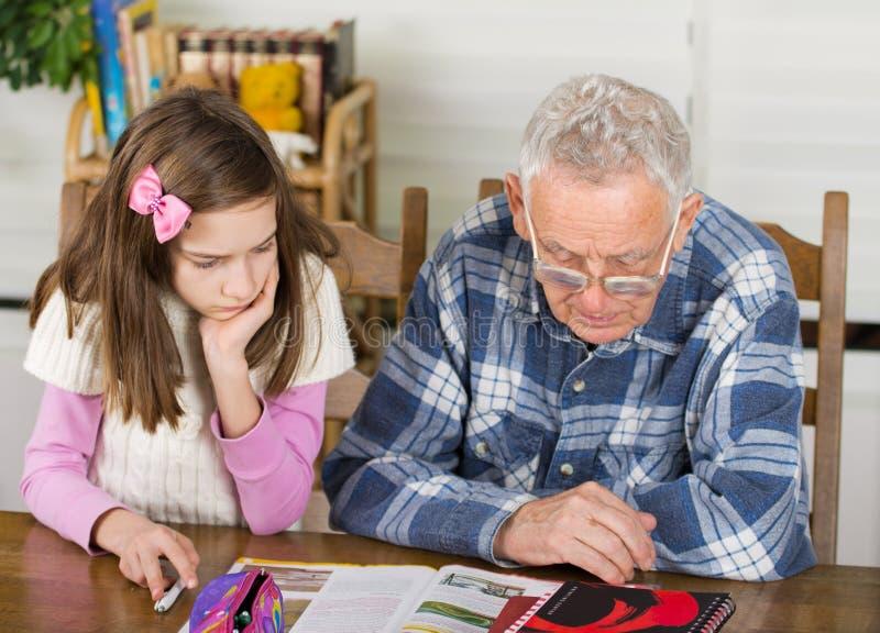 Opa en meisjesstudie royalty-vrije stock afbeeldingen