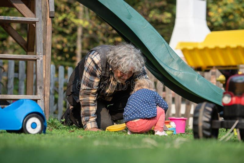 Opa het spelen met zijn kleindochter stock fotografie