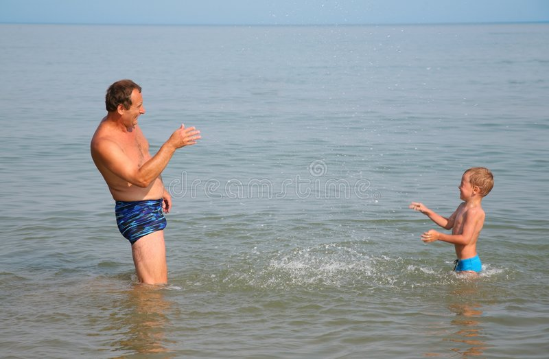 Opa met kleinzoon stock afbeeldingen