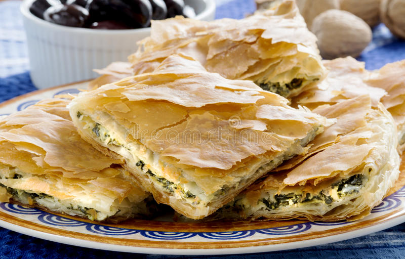 OPA! Spanakopita - griechische Spinats-Torte mit Oliven lizenzfreie stockbilder