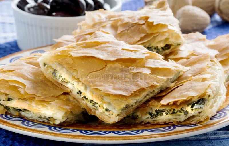 OPA! Spanakopita - torta greca degli spinaci con le olive immagini stock libere da diritti