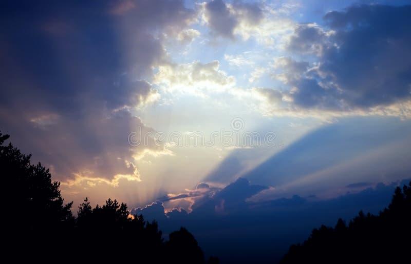 opacifie le coucher du soleil excessif coloré de ciel image stock