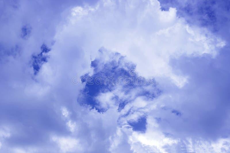 Opacifiez la formation, le fond avec le ciel bleu et les cumulus Atmosphère, troposphère Le début de l'orage photo libre de droits