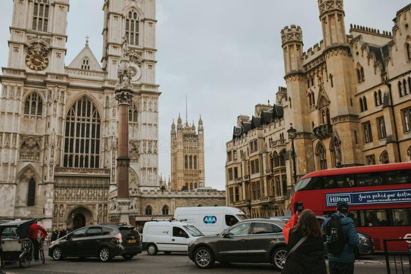 Opactwo Abbey i typowy czerwony autobus krzyżuje scenę w Londyn, Anglia zdjęcie stock