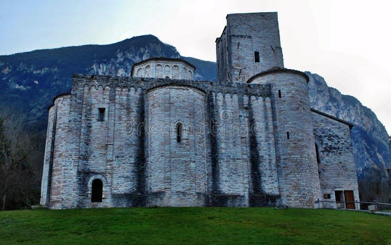 Opactwo San Vittore alle Chiuse blisko Grotte Di Frasassi zawala się, Genga, Włochy zdjęcia royalty free
