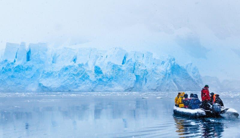 Opad śniegu nad łodzią z zamarzniętymi turystami jedzie w kierunku zdjęcia royalty free