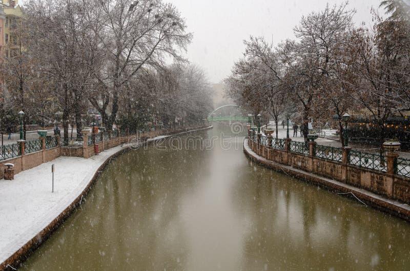Opad śniegu w mieście zdjęcia royalty free