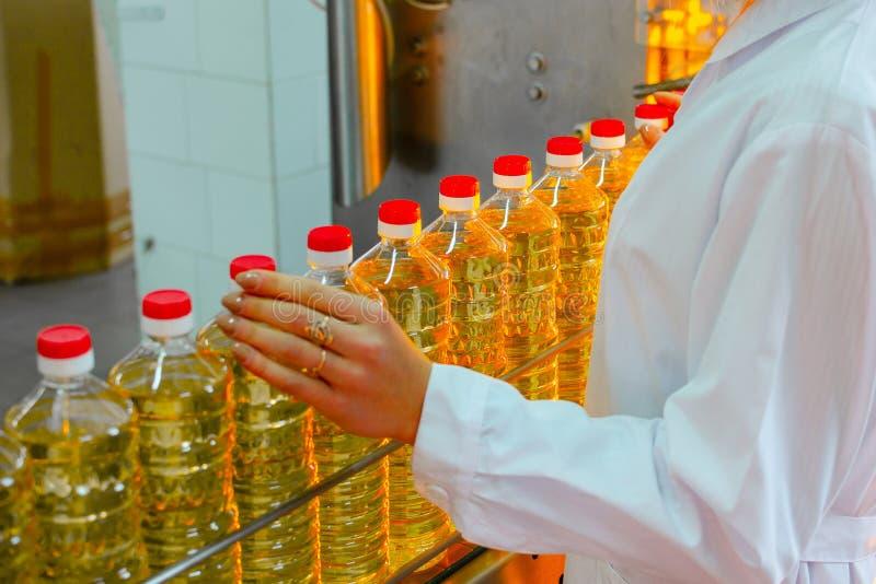 opadowego oleju stylizowany słonecznik Fabryczna linia produkcja i plombowanie olej rafinowany od słonecznikowych ziaren Fabryczn zdjęcie royalty free