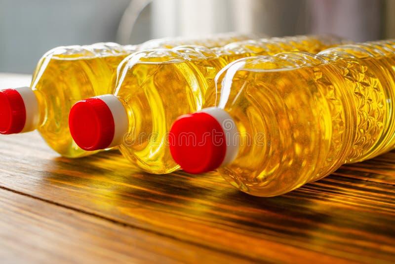 opadowego oleju stylizowany słonecznik Fabryczna linia produkcja i plombowanie olej rafinowany od słonecznikowych ziaren Fabryczn obraz royalty free