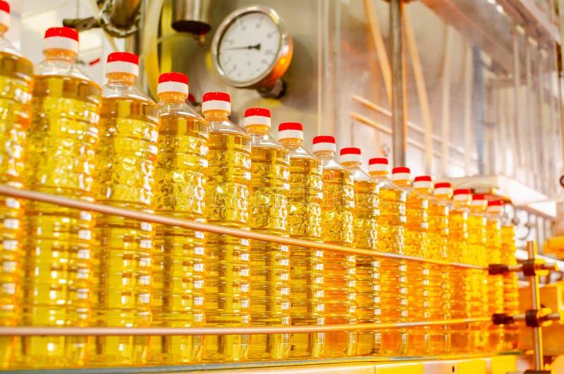 opadowego oleju stylizowany słonecznik Fabryczna linia produkcja i plombowanie olej rafinowany od słonecznikowych ziaren Fabryczn fotografia royalty free