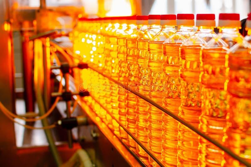 opadowego oleju stylizowany słonecznik Fabryczna linia produkcja i plombowanie olej rafinowany od słonecznikowych ziaren Fabryczn obraz stock