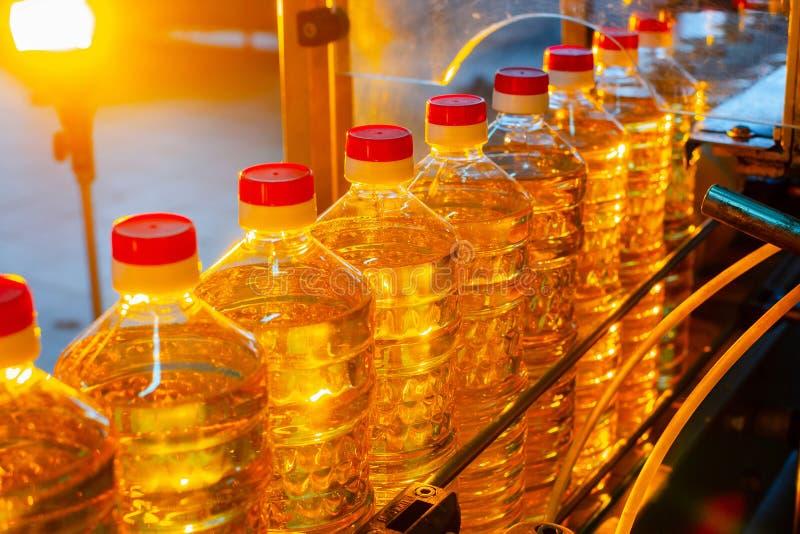 opadowego oleju stylizowany słonecznik Fabryczna linia produkcja i plombowanie olej rafinowany od słonecznikowych ziaren Fabryczn zdjęcia stock