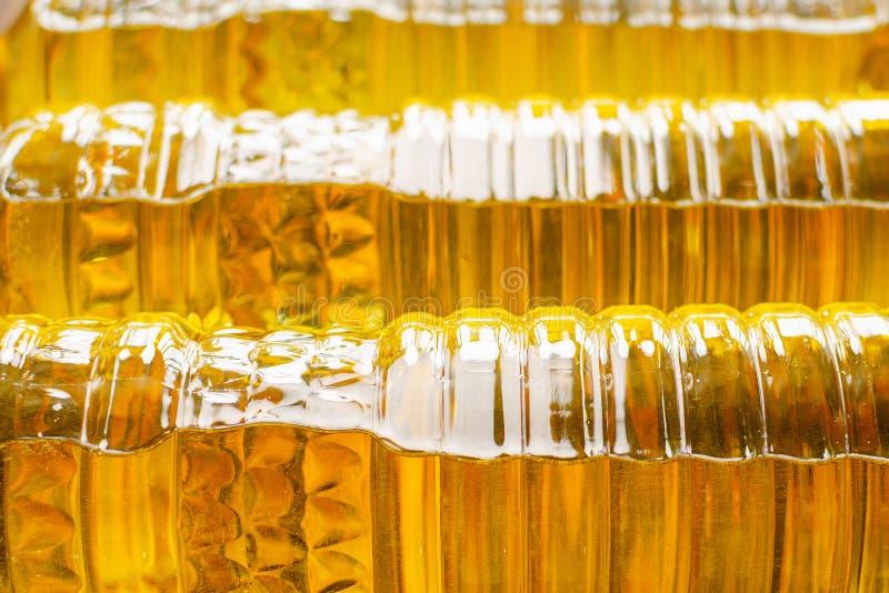 opadowego oleju stylizowany słonecznik Fabryczna linia produkcja i plombowanie olej rafinowany od słonecznikowych ziaren Fabryczn zdjęcie stock